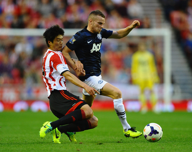 Hi-res-183161140-ki-sung-yueng-of-sunderland-battles-with-tom-cleverley_crop_650