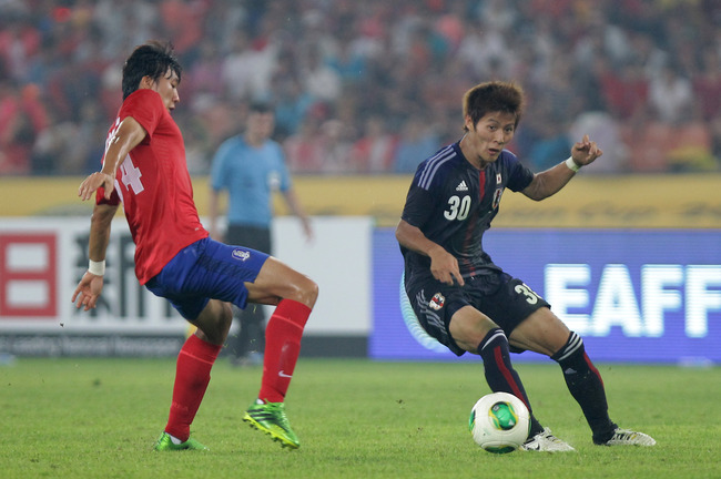 Hi-res-174710154-yoichiro-kakitani-of-japan-competes-for-the-ball-with_crop_650