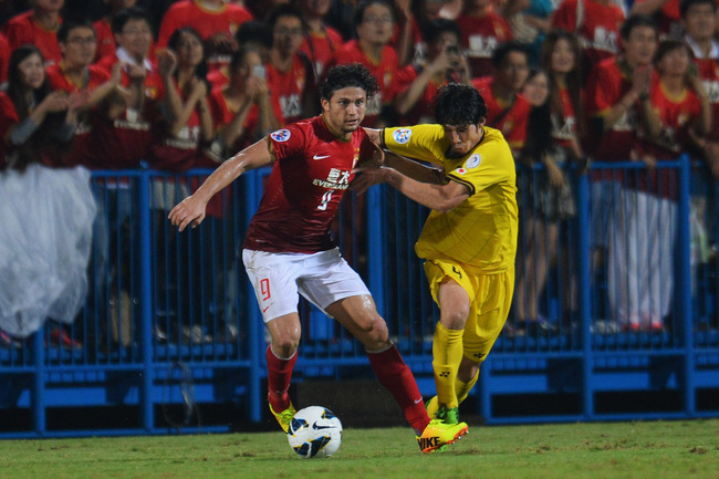 Hi-res-181799998-elkeson-de-oliveira-cardoso-of-guangzhou-evergrande-and_crop_650