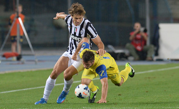 Fernando Llorente battles against Chievo.