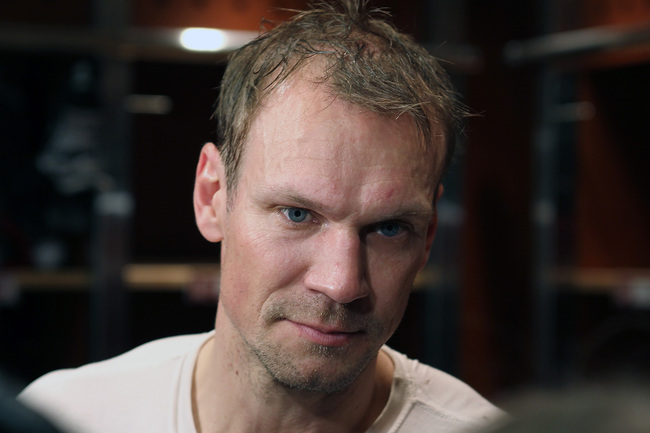 Hi-res-139147775-nicklas-lidstrom-of-the-detroit-red-wings-talks-with_crop_650