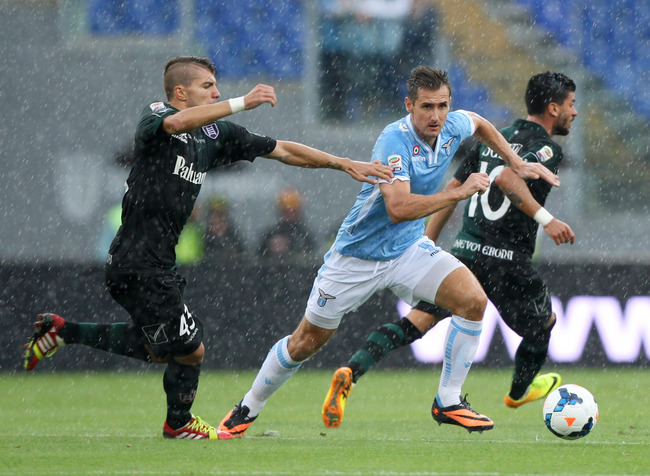 Hi-res-180628249-miroslav-klose-of-ss-lazio-competes-for-the-ball-with_crop_650