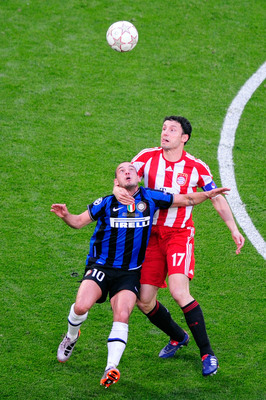 Wesley Sneijder balltes Mark van Bommel for a loose ball in the 2010 Champions League final.