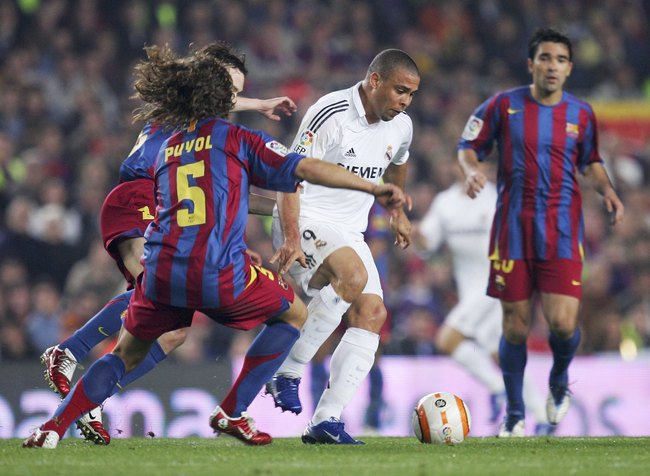 Hi-res-57231099-carles-puyol-of-barcelona-moves-to-block-ronaldo-of-real_crop_650