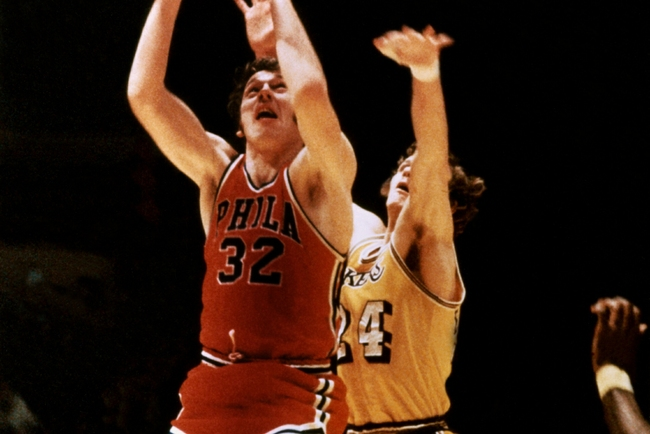 LOS ANGELES - 1973:  Billy Cunningham#32 of the Philadelphia 76ers shoots a jumpshot against the Los Angeles Lakers during an NBA game at the Forum circa 1973 in Los Angeles, California.  NOTE TO USER: User expressly acknowledges and agrees that, by downl