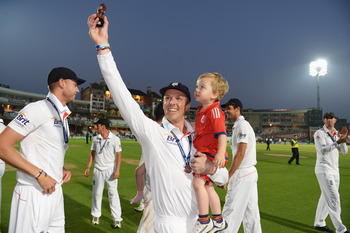 Hi-res-177977060-graeme-swann-of-england-lifts-the-urn-after-england-won_display_image