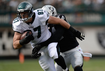 Hi-res-186730345-brent-celek-of-the-philadelphia-eagles-gets-wrapped-up_display_image