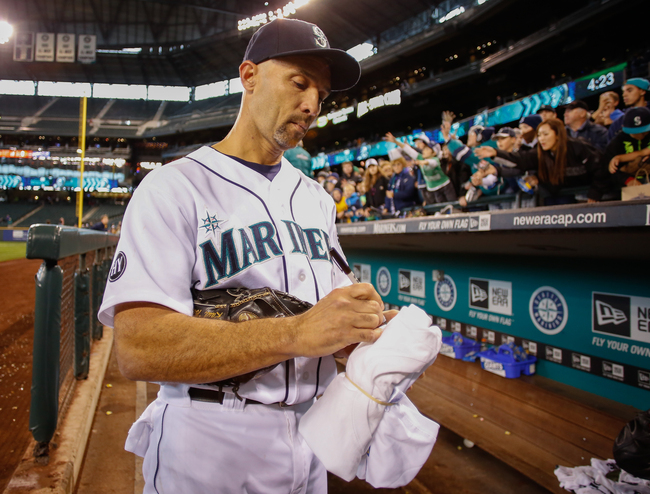 Hi-res-182445465-raul-ibanez-of-the-seattle-mariners-signs-autographs_crop_650