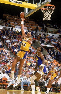 LOS ANGELES - 1987:  Kareem Abdul-Jabbar #33 of the Los Angeles Lakers shoots over Ralph Sampson #50 of the Golden State Warriors during an NBA game at the Great Western Forum in Los Angeles, California in 1987. (Photo by Stephen Dunn/Getty Images)