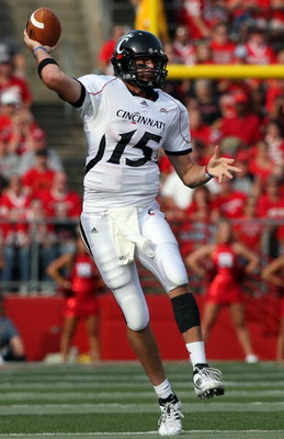 PISCATAWAY, NJ - SEPTEMBER 07:  Tony Pike #15 of the Cincinnati Bearcats throws a pass against the Rutgers Scarlet Knights at Rutgers Stadium on September 7, 2009 in Piscataway, New Jersey.   by Jim McIsaac/Getty Images)  (Photo by Jim McIsaac/Getty Image