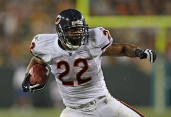 GREEN BAY, WI - SEPTEMBER 13: Matt Forte #22 of the Chicago Bears runs against the Green Bay Packers on September 13, 2009 at Lambeau Field in Green Bay, Wisconsin. The Packers defeated the Bears 21-15. (Photo by Jonathan Daniel/Getty Images)