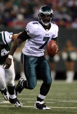 EAST RUTHERFORD, NJ - SEPTEMBER 03:  Michael Vick #7 of the Philadelphia Eagles runs the ball against the New York Jets on September 3, 2009 at Giants Stadium in East Rutherford, New Jersey. The Jets defeated the Eagles 38-27.  (Photo by Jim McIsaac/Getty
