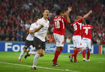 LIEGE, BELGIUM - SEPTEMBER 16:  Thomas Vermaelen of Arsenal celebrates his goal during the UEFA Champions League Group H match between Standard Liege and Arsenal at the Sclessin Stadium on September 16, 2009 in Liege, Belgium.  (Photo by Jamie McDonald/Ge