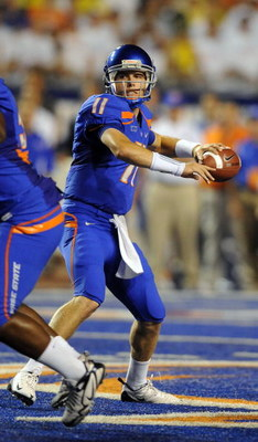 BOISE, ID - SEPTEMBER 3: Quarterback Kellen Moore #6 of the Boise State Broncos sets to throw a pass in the third quarter of the game against the Oregon Ducks at Bronco Stadium on September 3, 2009 in Boise, Idaho. Boise State won the game 19-8. (Photo by