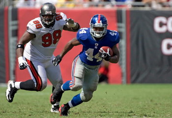 TAMPA, FL - SEPTEMBER 27:  Running back Ahmad Bradshaw #44 of the New York Giants runs the ball as defender Ryan Sims #98 of the Tampa Bay Buccaneers pursues him during the game at Raymond James Stadium on September 27, 2009 in Tampa, Florida.  (Photo by