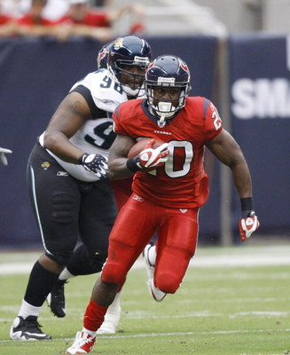 HOUSTON - SEPTEMBER 27:  Runing back Steve Slaton #20 of the Houston Texans rushes in the open field against the Jacksonville Jaguars at Reliant Stadium on September 27, 2009 in Houston, Texas.  (Photo by Bob Levey/Getty Images)