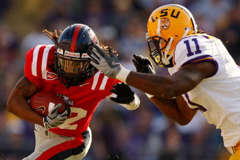 BATON ROUGE, LA - NOVEMBER 22:  Dexter McCluster #22 of the Ole Miss Rebels is tackled by Kelvin Sheppard #11 of the Louisiana State University Tigers on November 22, 2008 at Tiger Stadium in Baton Rouge, Louisiana.  (Photo by Chris Graythen/Getty Images)