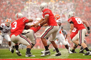COLUMBUS, OH - SEPTEMBER 26:  Quarterback Terrelle Pryor #2 of the Ohio State Buckeyes hands off to running back Brandon Saine #3 of the Buckeyes during a game against the Illinois Fighting Illini at Ohio Stadium on September 26, 2009 in Columbus, Ohio.