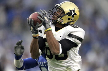 LEXINGTON, KY - NOVEMBER 11:  George Smith #88  of the Vanderbilt Commodores catches a pass during the game against the Kentucky Wildcats on November 11, 2006 at Commonwealth Stadium in Lexington, Kentucky.  (Photo by Andy Lyons/Getty Images)