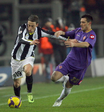 TURIN, ITALY -  JANUARY 24:  Claudio Marchisio of Juventus and Manuel Pasqual of Fiorentina in action during the Serie A match between Juventus and Fiorentina at the Olimpico Stadio on January 24, 2009 in Turin, Italy. (Photo by New Press/Getty Images)
