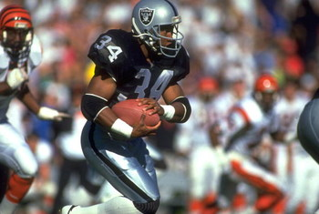 13 JAN 1991:  LOS ANGELES RAIDERS RUNNING BACK BO JACKSON CARRIES THE FOOTBALL DURING THE RAIDERS 20-10 WIN OVER THE CINCINNATI BENGALS AT THE MEMORIAL COLISEUM IN LOS ANGELES, CALIFORNIA.  MANDATORY CREDIT:  MIKE POWELL/ALLSPORT