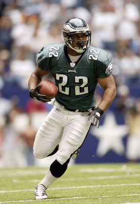 IRVING, TX - OCTOBER 12:  Running back Duce Staley #22 of the Philadelphia Eagles carries the ball against the Dallas Cowboys during the NFL game at Texas Stadium on October 12, 2003 in Irving, Texas. The Cowboys defeated the Eagles 23-21.  (Photo by Rona
