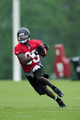 FLOWERY BRANCH, GA - MAY 9: Wide receiver Harry Douglas #83 of the Atlanta Falcons works out during minicamp at the Falcons Complex on May 9, 2009 in Flowery Branch, Georgia. (Paul Abell/Getty Images)