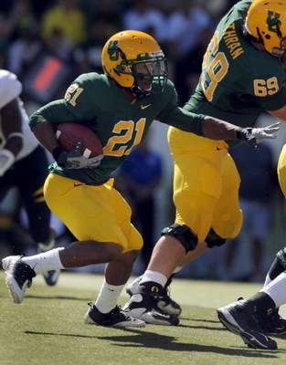 EUGENE, OR - SEPTEMBER 26: Running back LaMichael James #21 of the Oregon Ducks looks for some running room in the first quarter of the game against the California Bears at Autzen Stadium on September 26, 2009 in Eugene, Oregon. Oregon won the game 42-3. 