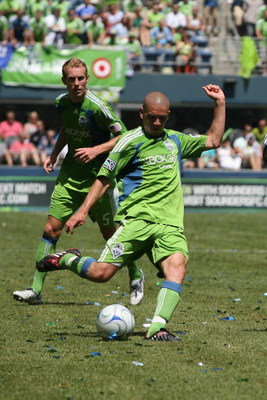 SEATTLE - JULY 18:  Osvaldo Alonso #6 of Seattle Sounders FC kicks the ball against Chelsea FC on July 18, 2009 at Qwest Field in Seattle, Washington. (Photo by Otto Greule Jr/Getty Images)