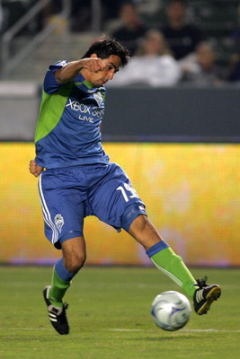 CARSON, CA - AUGUST 15:  Leo Gonzalez #19 of Seattle Sounders FC plays the cross against the Los Angeles Galaxy during the MLS match at The Home Depot Center on August 15, 2009 in Carson, California. Sounders FC defeated the Galaxy 2-0. (Photo by Victor D