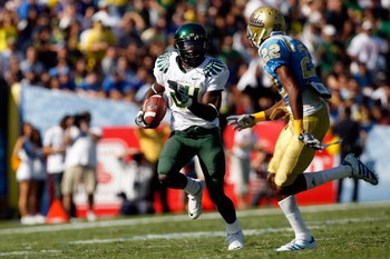 PASADENA, CA. - OCTOBER 10:  Kenjon Barner #24 of the Oregon Ducks runs a touchdown against Sheldon Price #22 of the UCLA Bruins on October 10, 2009 at the Rosebowl in Pasadena, California. the Ducks defeated the Bruins 24-10  (Photo by Jacob De golish/Ge