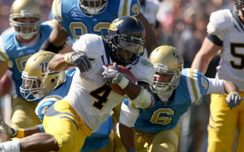 PASADENA, CA - OCTOBER 17: Running back Jahvid Best #4 of the California Golden Bears breaks away from  the UCLA Bruins defense as he runs for a 93 yard touchdown on October 17, 2009 at the Rose Bowl in Pasadena, California.   (Photo by Stephen Dunn/Getty