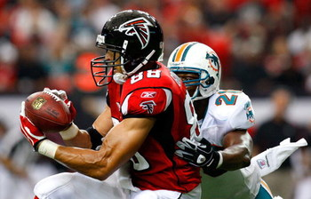 ATLANTA - SEPTEMBER 13:  Tony Gonzalez #88 of the Atlanta Falcons pulls in this reception against Gibril Wilson #28 of the Miami Dolphins at Georgia Dome on September 13, 2009 in Atlanta, Georgia.  (Photo by Kevin C. Cox/Getty Images)
