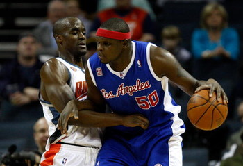 CHARLOTTE, NC - FEBRUARY 09:  Zach Randolph #50 of the Los Angeles Clippers backs down Emeka Okafor #50 of the Charlotte Bobcats during their game at Time Warner Cable Arena on February 9, 2009 in Charlotte, North Carolina. NOTE TO USER: User expressly ac