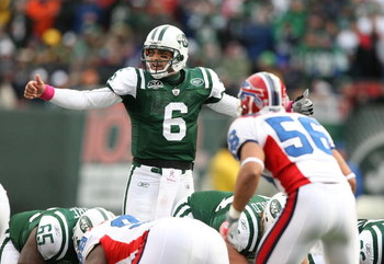 EAST RUTHERFORD, NJ - OCTOBER 18:  Mark Sanchez #6 of The New York Jets audibles against  The Buffalo Bills during their game on October 18, 2009 at Giants Stadium in East Rutherford, New Jersey.  (Photo by Al Bello/Getty Images)