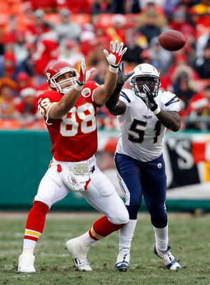 KANSAS CITY, MO - DECEMBER 14:  Tony Gonzalez #88 of the Kansas City Chiefs makes attempts a catch as he is defended by Tim Dobbins #51 of the San Diego Chargers for a 7-0 lead during the first half on December 14, 2008 at Arrowhead Stadium in Kansas City