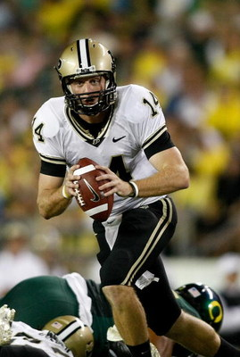 EUGENE, OR - SEPTEMBER 12:  Quarterback Joey Elliott #14 of the Purdue Boilermakers runs the ball against the Oregon Ducks at Autzen Stadium on September 12, 2009 in Eugene, Oregon.  (Photo by Jonathan Ferrey/Getty Images)