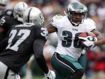 OAKLAND, CA - OCTOBER 18:  Brian Westbrook #36 of the Philadelphia Eagles runs against the Oakland Raiders during an NFL game at the Oakland-Alameda County Coliseum on October 18, 2009 in Oakland, California.  (Photo by Jed Jacobsohn/Getty Images)