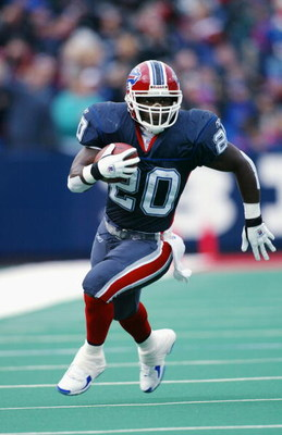 ORCHARD PARK, NY - NOVEMBER 3:  Running Back Travis Henry #20 of the Buffalo Bills rushes during the NFL game against the New England Patriots at Ralph Wilson Stadium on November 3, 2002 in Orchard Park, New York. The Patriots defeated the Bills 38-7.(Pho