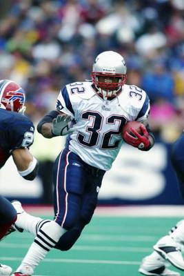 ORCHARD PARK, NY - NOVEMBER 3:  Running back Antowain Smith #32 of the New England Patriots rushes for 111 yards and three touchdowns during the NFL game against the Buffalo Bills at Ralph Wilson Stadium on November 3, 2002 in Orchard Park, New York.  The