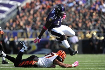 BALTIMORE - OCTOBER 11:  Le'Ron McClain #33 of the Baltimore Ravens runs the ball against the Cincinnati Bengals at M&T Bank Stadium on October 11, 2009 in Baltimore, Maryland. The Bengals defeated the Ravens 17-14. (Photo by Larry French/Getty Images)