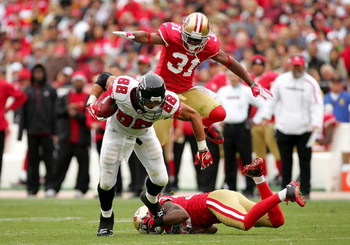 SAN FRANCISCO - OCTOBER 11:  Tony Gonzalez #88 of the Atlanta Falcons tries to get away from San Francisco 49esr defenders at Candlestick Park on October 11, 2009 in San Francisco, California.  (Photo by Ezra Shaw/Getty Images)