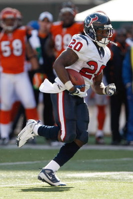 CINCINNATI, OH - OCTOBER 18: Running back Steve Slaton #20 of the Houston Texans runs with the football against the Cincinnati Bengals at Paul Brown Stadium on October 18, 2009 in Cincinnati, Ohio. The Texans defeated the Bengals 28-17. (Photo by Scott Bo