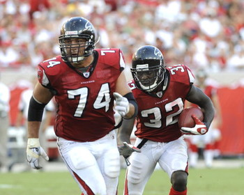 TAMPA, FL - SEPTEMBER 14: Running back Jerious Norwood #32 of the Atlanta Falcons rushes upfield behind the blocking of tackle Todd Weiner against the Tampa Bay Buccaneers at Raymond James Stadium on September 14, 2008 in Tampa, Florida.  (Photo by Al Mes