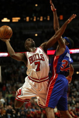 CHICAGO - NOVEMBER 08:  Ben Gordon #7 of the Chicago Bulls attempts a shot against Richard Hamilton #32 of the Detroit Pistons at the United Center on November 8, 2007 in Chicago, Illinois. The Bulls won 97-93. (Photo by Jonathan Daniel/Getty Images)