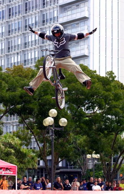 AUCKLAND, NEW ZEALAND - FEBRUARY 20:  Haro BMX rider Dave Mirra from Greenvile USA in action at a BMX demonstration at Aotea square ahead of this weekend extreme sports event in Hamilton, Wednesday.  (Photo by Michael Bradley/Getty Images)