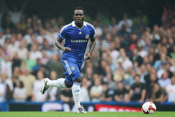 LONDON - AUGUST 31:  Michael Essien of Chelsea in action during the Barclays Premier League match between Chelsea and Tottenham Hotspur at Stamford Bridge on August 31, 2008 in London, England.  (Photo by David Cannon/Getty Images)