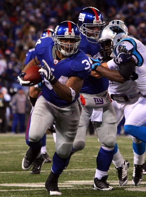 EAST RUTHERFORD, NJ - DECEMBER 21:  Derrick Ward #34 of the New York Giants runs the ball against the Carolina Panthers on December 21, 2008 at Giants Stadium in East Rutherford, New Jersey.  (Photo by Jim McIsaac/Getty Images)