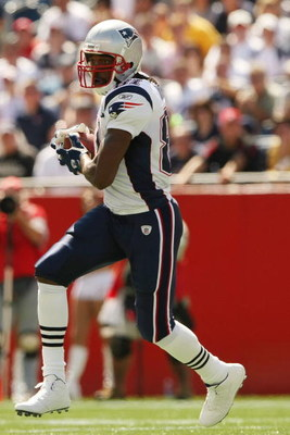 FOXBORO, MA - SEPTEMBER 7:  Randy Moss #81 of the New England Patriots carries the ball against the Kansas City Chiefs at Gillette Stadium September 7, 2008 in Foxboro, Massachusetts. The Patriots defeated the Chiefs 17-10.  (Photo by Elsa/Getty Images)