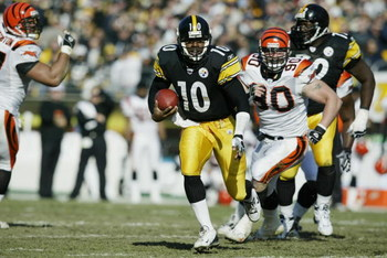 PITTSBURGH- NOVEMBER 24:  Quarterback Kordell Stewart #10 of the Pittsburgh Steelers scrambles for yards during the NFL game against the Cincinnati Bengals at Heinz Field on November 24, 2002 in Pittsburgh, Pennsylvania.  Pittsburgh won the game, 29-21. (